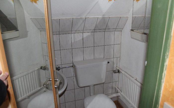 Dachgeschoss, WC mit Waschbecken